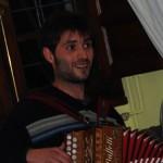 Joan Colom tocando el acordeon en un curso de meditación